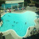 Vista panoramica della piscina scattata dall'ascensore esterno dell'hotel