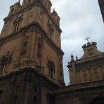 Estampa de la catedral de Murcia en un día nublado