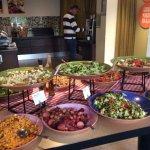 Ett stort salladsbord med de flesta grönsaker man kan tänka sig.