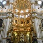 ライトアップされた祭壇とドーム