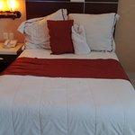 La cama cómoda y bien arreglada.
