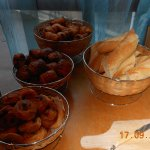 petit déjeuner: morceaux de baguettes, petits croissants, petits pains au chocolat,...