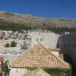 두브로브니크 고대 도시 성벽의 사진
