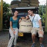 Nuestros visitantes junto a nuestro tradicional Jeep Willys.