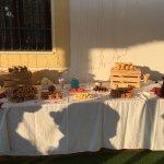 Mesa dulce con fuentes de chocolate