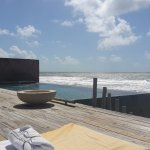 Deck da piscina, com acesso direto à praia.