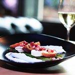 Gegrilde halloumi met groene asperges, perzik, granaatappel en yoghurtmuntsaus