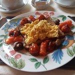 scrambled eggs e salmone