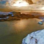Lac sous-terrain à l'intérieur de la grotte