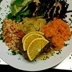 Canard à l'orange, purée de carottes, pommes de terre sautées, betterave crue au sésame, mesclun