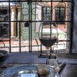 Almuerzo con vino y hermoso exterior con fachadas