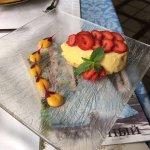 Десерт с клубникой и муссом из манго