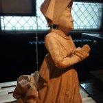 Escultura de mujer orando