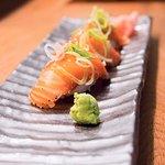 Tataki-lax, svartpepparhalstrad som penslas med teriakisås och toppas med purjolök!