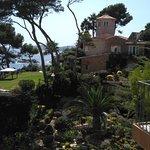Estas eran las vista de mano derecha del balcón, preciosa casa y jardín.