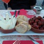 Tapas fromage de brebis et chistorra (saucisse basque)