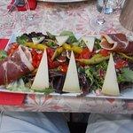 Salade XL 64 : jaimbon cru, chorizo, fromage de brebis, lomo, guindillas, poivrons