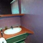 evier (un seul) rétroéclairé et si on pose sur la tablette des objets de toilette on ne se voit