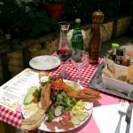 Salade Terre,Mer,Montagne. Foie gras de la casa, Gravlax, Queso Cabra organico.