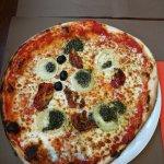 Pizza Cabri : tomate, mozzarella, chèvre fermier, tomates confites, pistou. 👍👍👍👍
