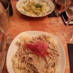 Pâtes sauce champignons avec truffes, en face gnocchis à la pomme de terre au pesto.   Le desser