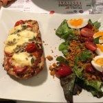 Tartine de saint Marcelin et sa salade.