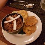 acompañamiento de la cazuela: patacón y arroz con coco