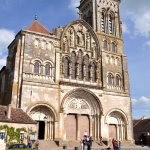 la basilique Sainte-Marie-Madeleine,domine le relais du Morvan vue 1