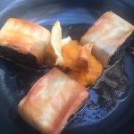 Crujiente de rabo de toro en base de crema de zanahoria y calabaza con hojuelas de Yuca. Sublime