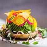 Tartare de langosta - tartare de langosta y langostino, esfera de palta, alcachofa ahumada, rome