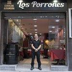Sergio werkt bij Los Porrones. Prettig gestoord en heel attent.