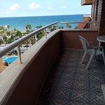 Terraza y vistas al mar desde el apartamento
