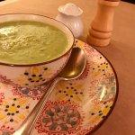 En plus des excellentes galettes, une soupe maison délicieuse servie dans une vaisselle parfaite