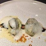 Petits ormeaux et pomme de terre au beurre d'algues Trace et touche d'ail noir et blanc
