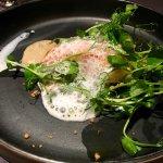 Turbot de côte Rôti à l'huile d'herbes / pois sucrés / pousse de petit pois et purée de coque
