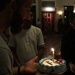 hall del hotel dándome la tarta de cumpleaños.