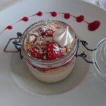 dessert mousse de nougat, fraises, nougatine
