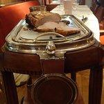 Le chariot ancien de découpage du carré de porc, comme dans les grands hôtels d'autrefois.