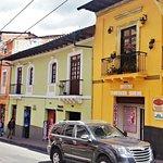 Calle Flores, exterior Rincón Familiar Hostel Boutique.