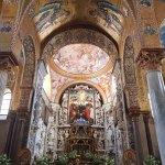 El presbiterio, construido en 1863.El altar, con mármoles policromados; el sagrario de lapizlázu
