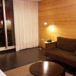 la suite tiene estar, dormitorio y area de cocina con platos, vasos y tazas para 3 personas.