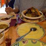 Les plats disposés sur cette table de petites dimensions