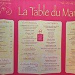 La carte de grande dimension, des plats offerts qui se trouve à l'entrée du restaurant