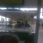 El conductor es el guia habla solo ingles recorre durante el dia todas las estaciones de Saint A