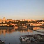 ドナウ川に反射する朝の王宮