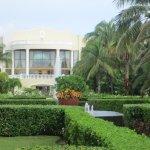 Le lobby vu du jardin