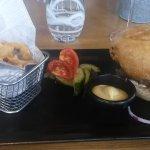 Un bon burger maison et son panier de frites
