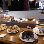 Café da manhã - bolos e folhados deliciosos