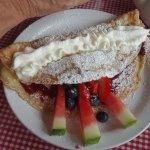 Pannenkoeken with jam and fruit