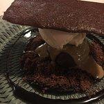 Helado de pan frito, chocolate y pipas